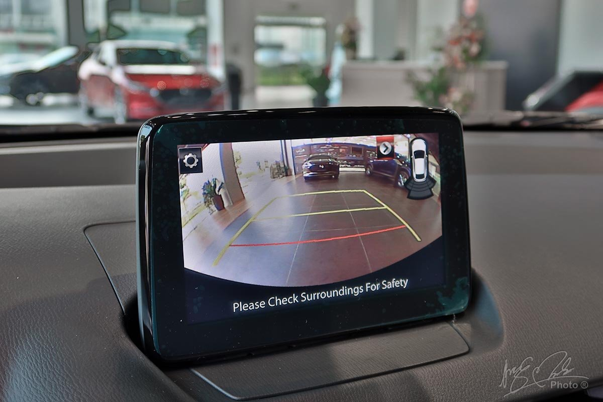 Đánh giá xe Mazda 2 2020: Camera lùi có độ phân giải thấp.