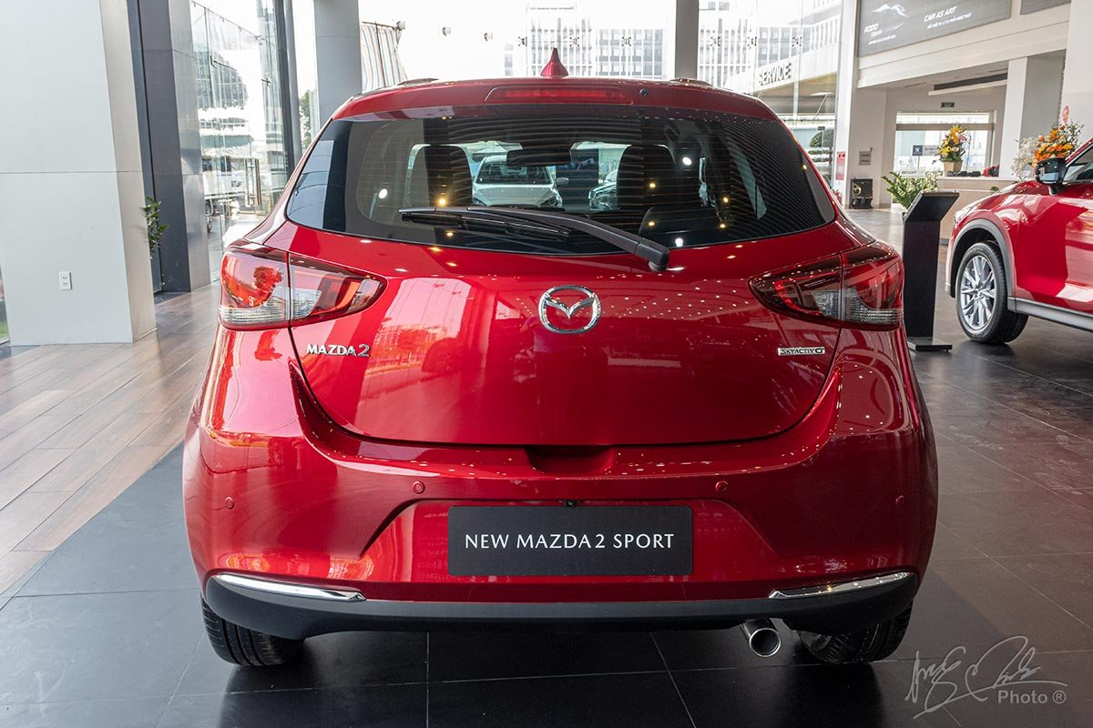 Đánh giá xe Mazda 2 2020: Thiết kế đuôi xe của biến thể Hatchback.