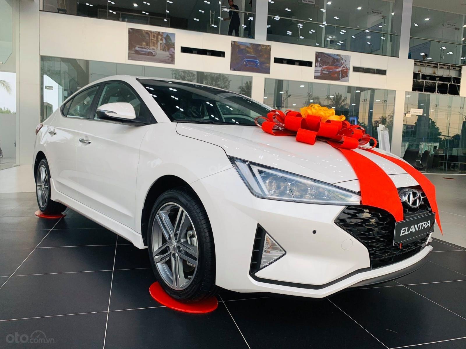 Hyundai Elantra khuyến mãi 40 triệu đồng, chỉ 200 triệu là có xe ngay (1)