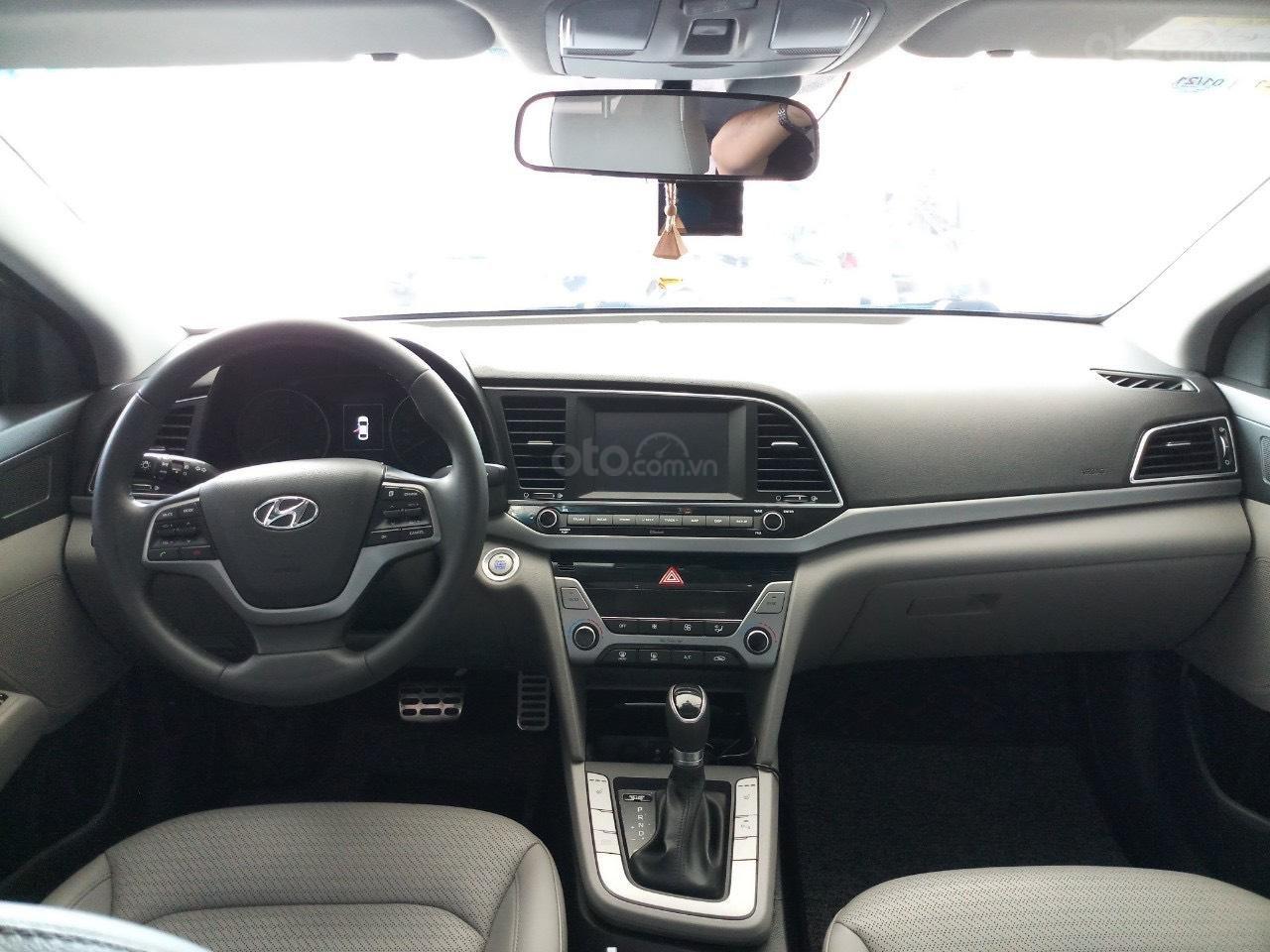 Cần bán Hyundai Elantra 2.0 AT vàng cát 2017 đẹp nguyên bản như mới (6)