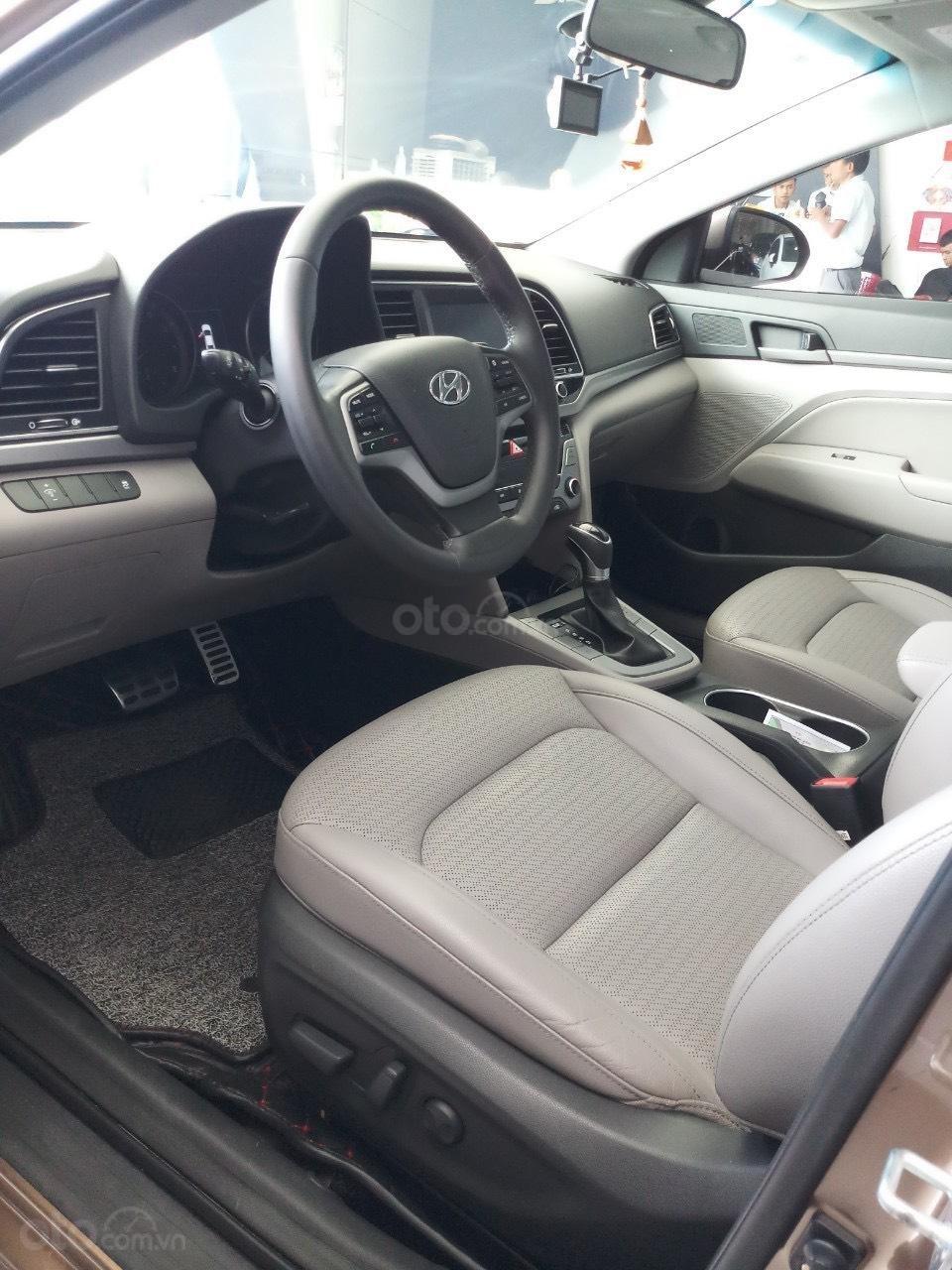 Cần bán Hyundai Elantra 2.0 AT vàng cát 2017 đẹp nguyên bản như mới (10)