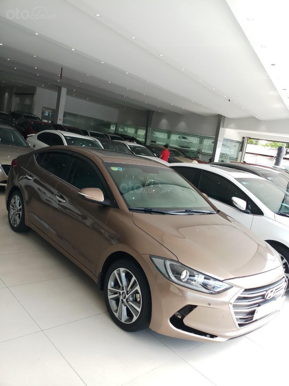 Cần bán Hyundai Elantra 2.0 AT vàng cát 2017 đẹp nguyên bản như mới (7)