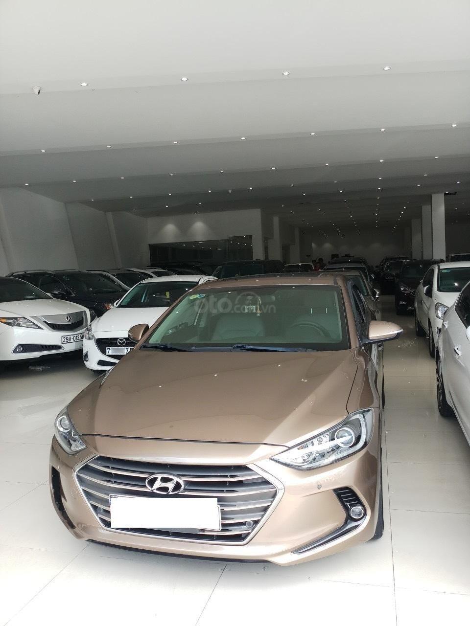 Cần bán Hyundai Elantra 2.0 AT vàng cát 2017 đẹp nguyên bản như mới (1)