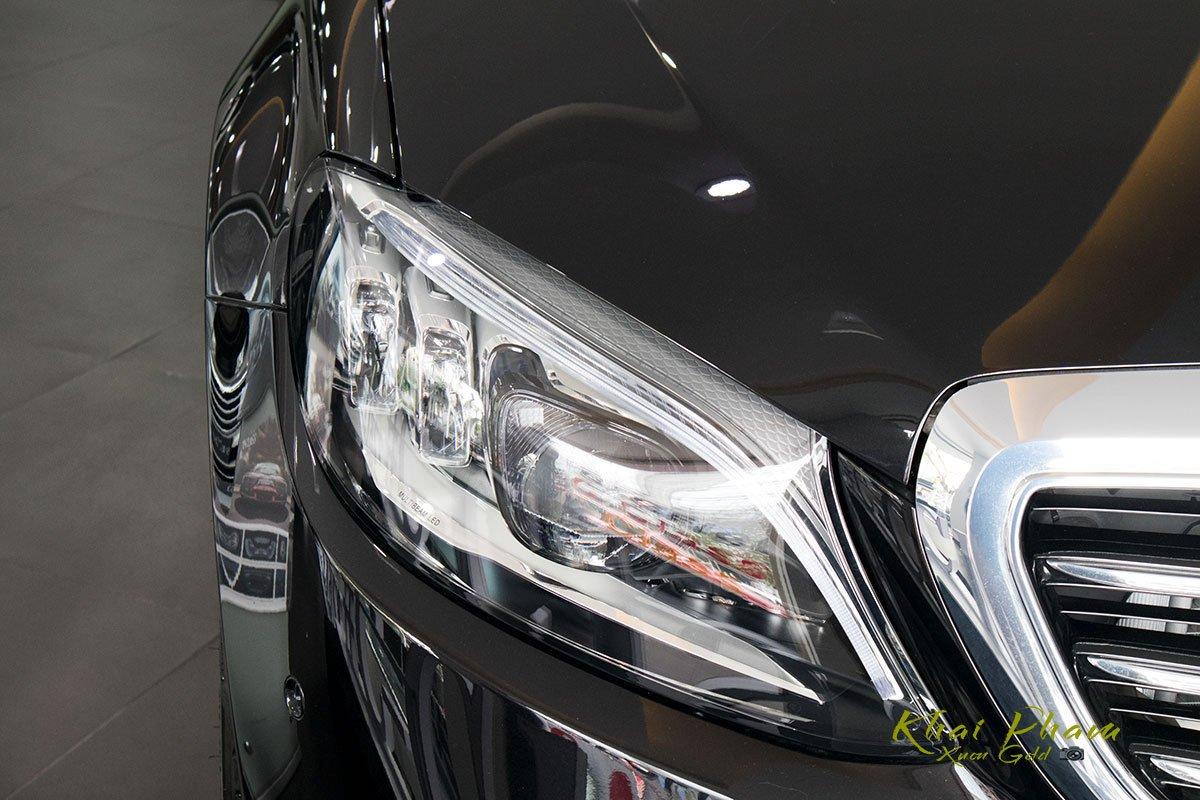 Hình ảnh chụp đèn pha xe Mercedes-Benz C 200 Exclusive 2020