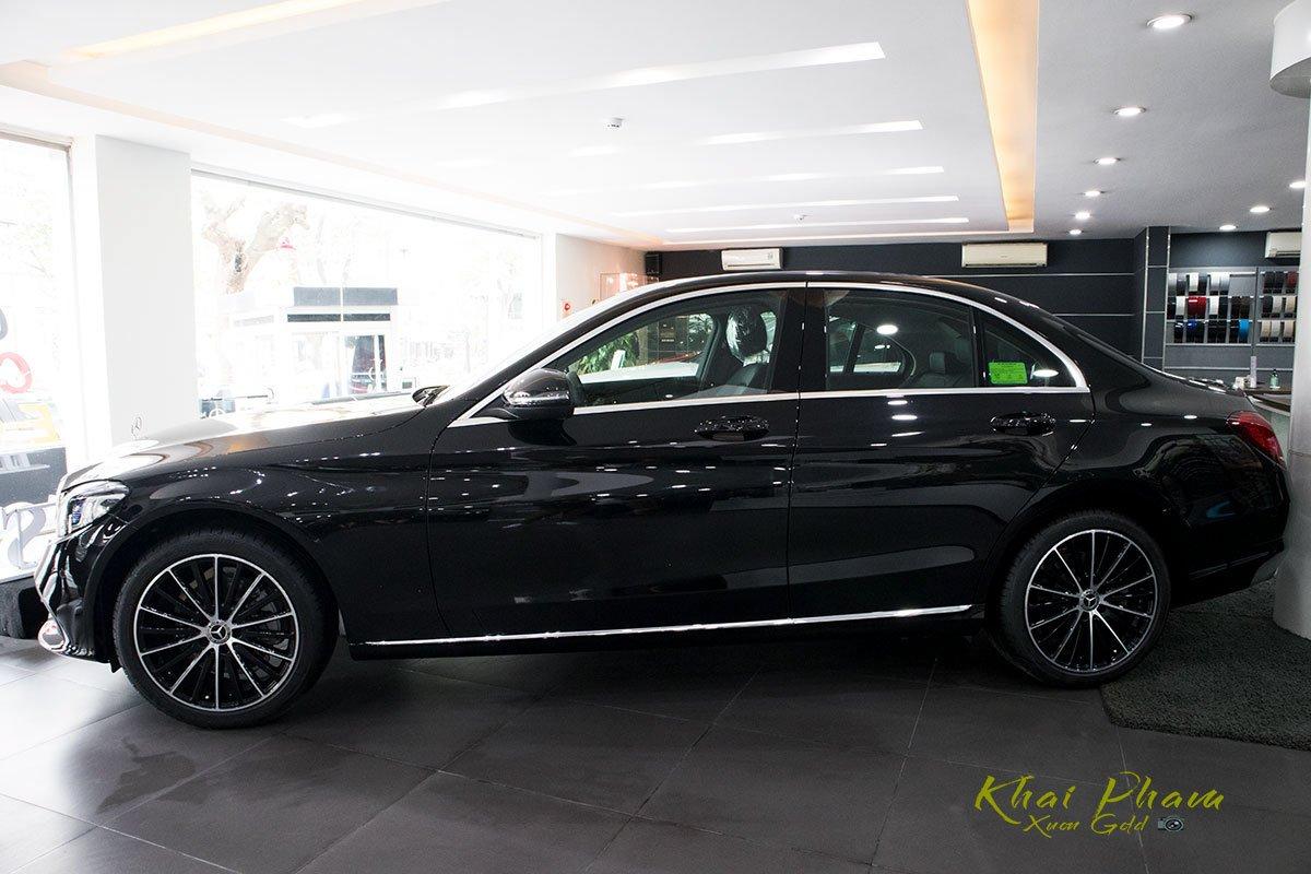 Hình ảnh chụp thân xe Mercedes-Benz C 200 Exclusive 2020