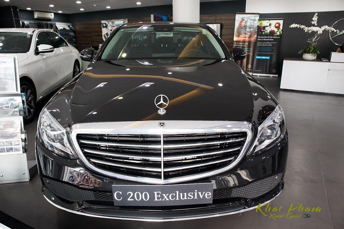 Hình ảnh chụp chính diện đầu xe Mercedes-Benz C 200 Exclusive 2020