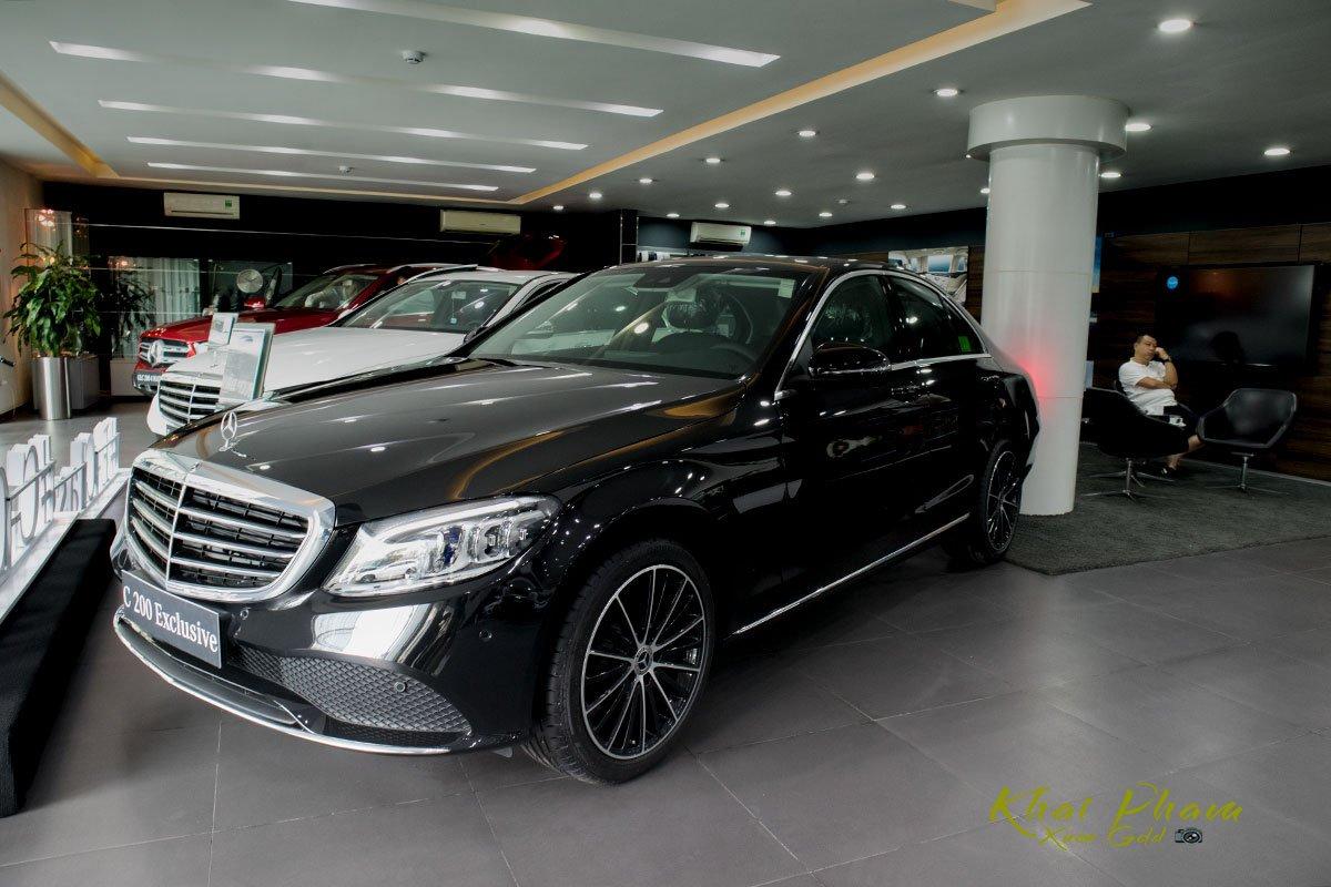 Hình ảnh chụp bên phải xe Mercedes-Benz C 200 Exclusive 2020