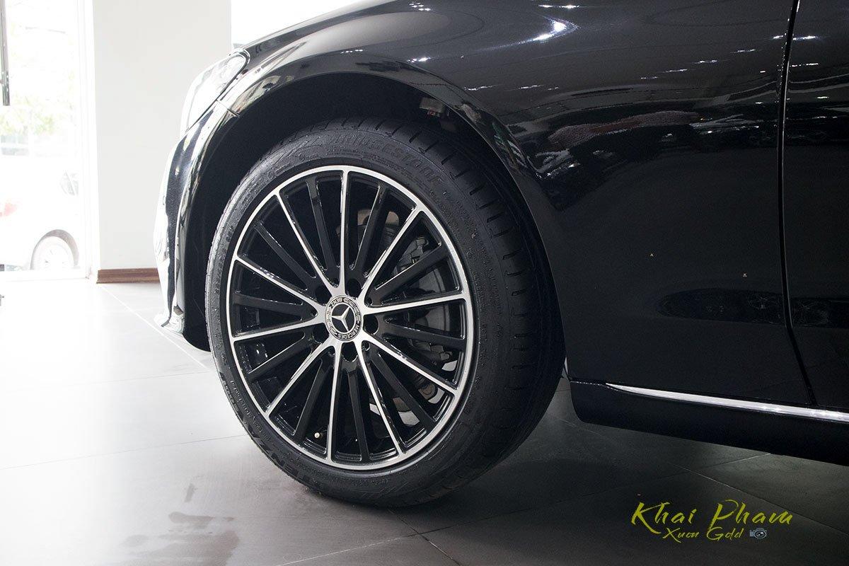 Hình ảnh chụp la-zăng xe Mercedes-Benz C 200 Exclusive 2020