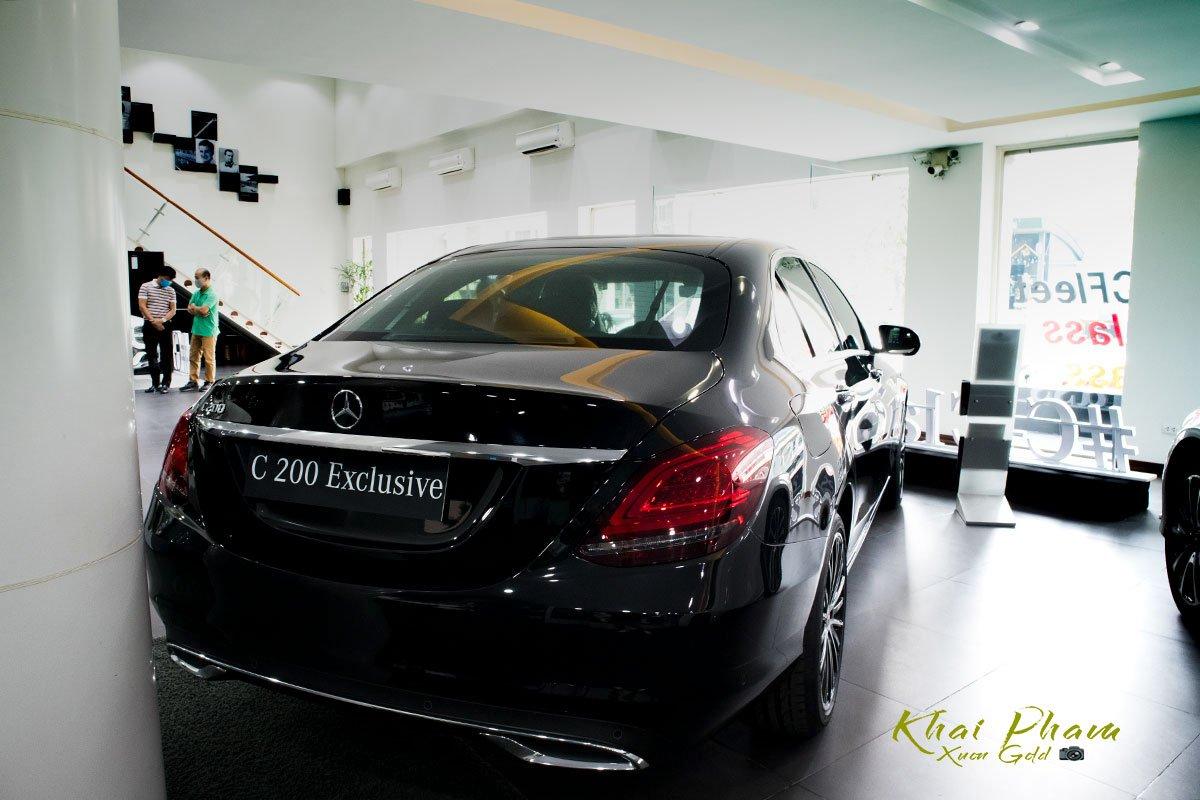 Hình ảnh chụp chính diện đuôi xe Mercedes-Benz C 200 Exclusive 2020