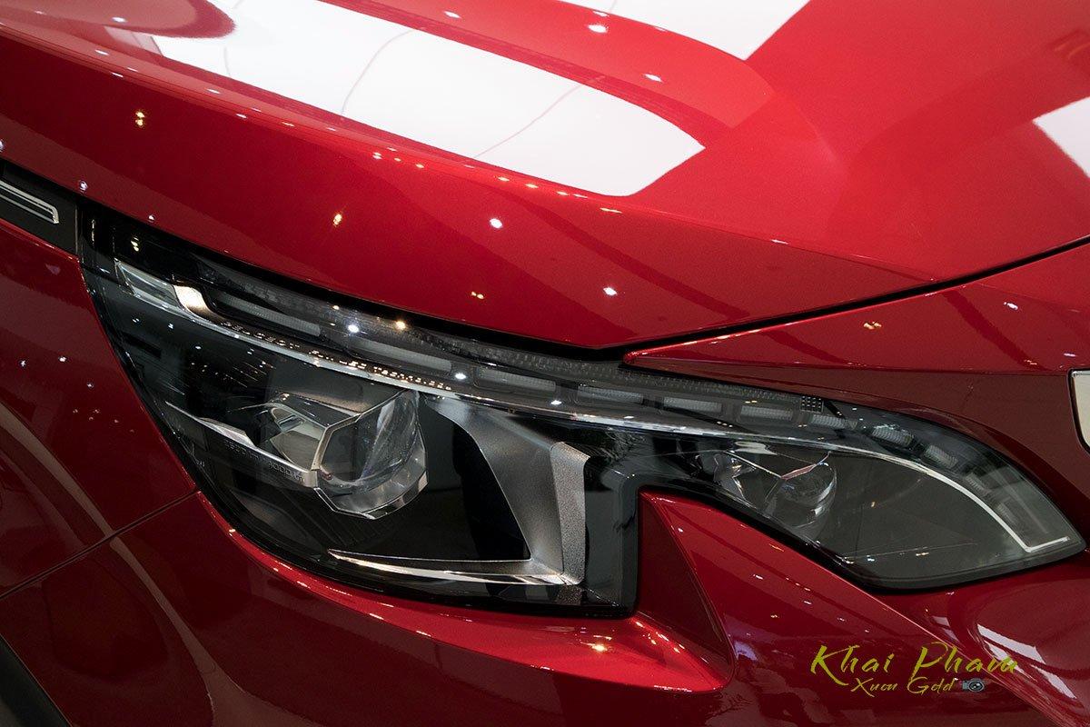 Ảnh chụp cụm đèn pha xe Peugeot 5008 2020