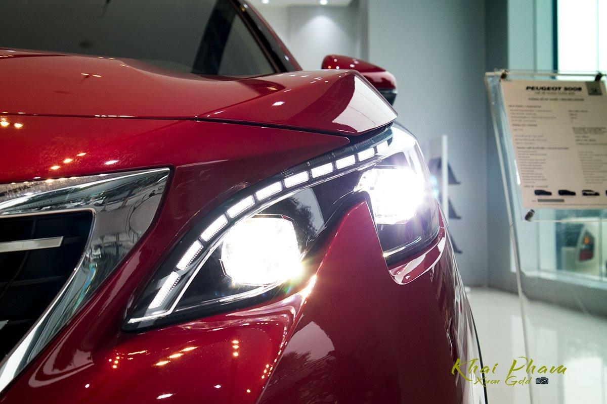 Ảnh chụp cụm đèn pha LED xe Peugeot 5008 2020