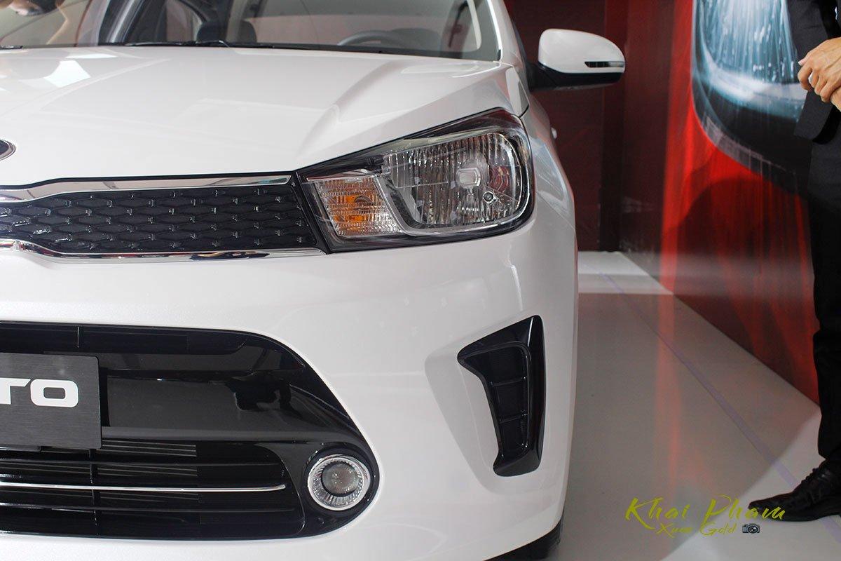Ảnh chụp đèn pha xe Kia Soluto 2020