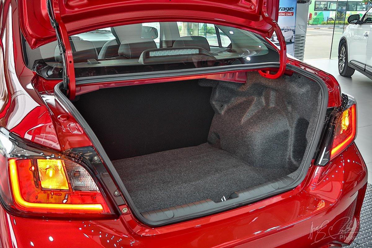 Khoang hành lý của Mitsubishi Attrage 2020.