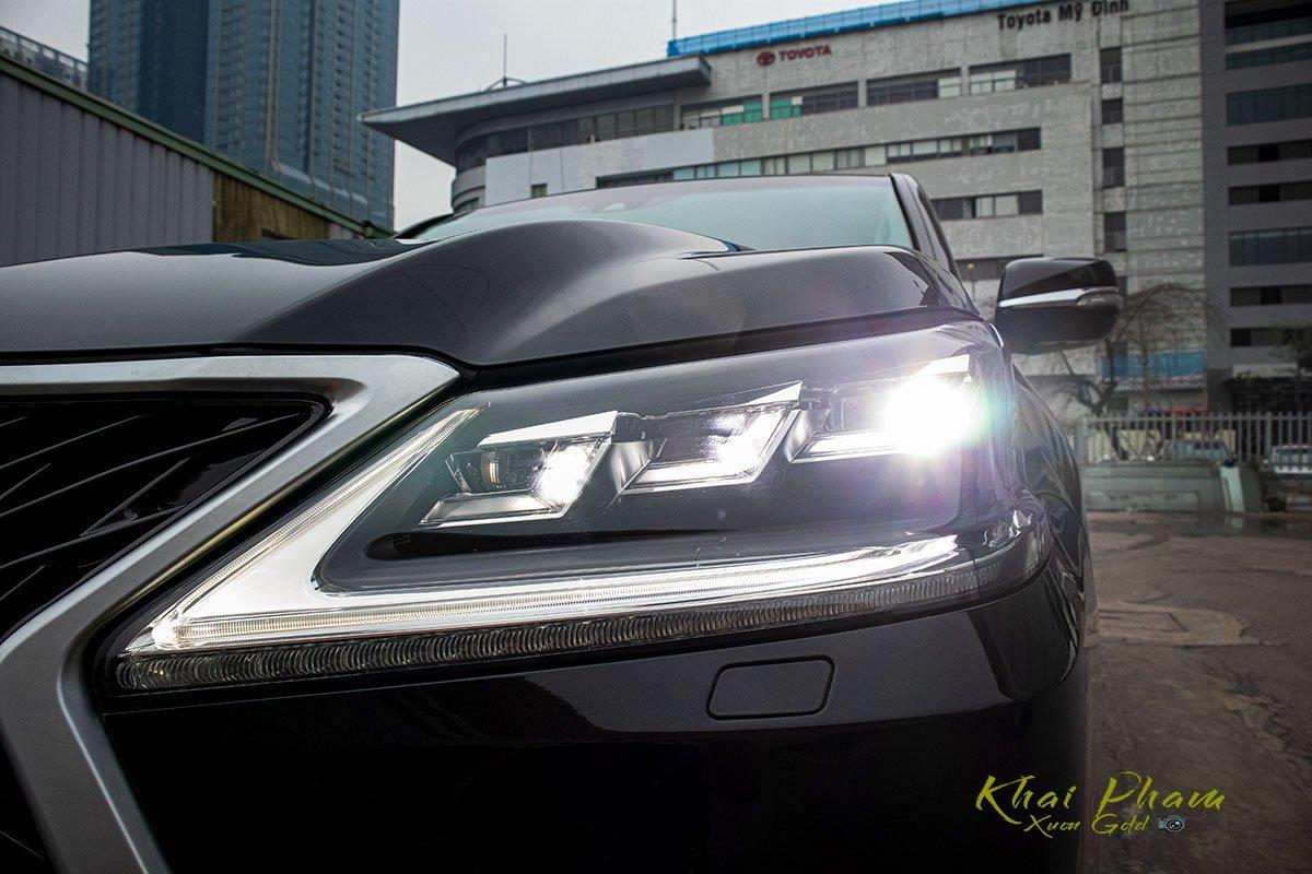 Ảnh chụp đèn pha sáng xe Lexus LX570 Super Sport 2020
