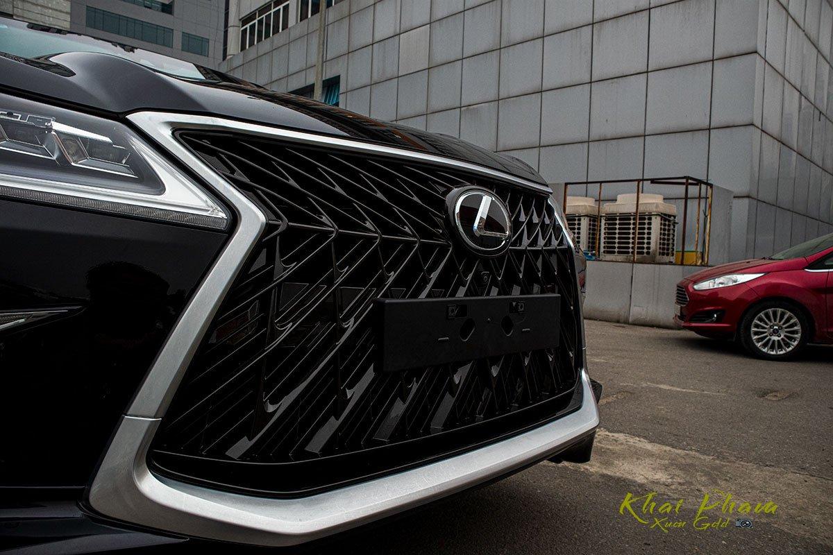 Ảnh chụp lưới tản nhiệt xe Lexus LX570 Super Sport 2020