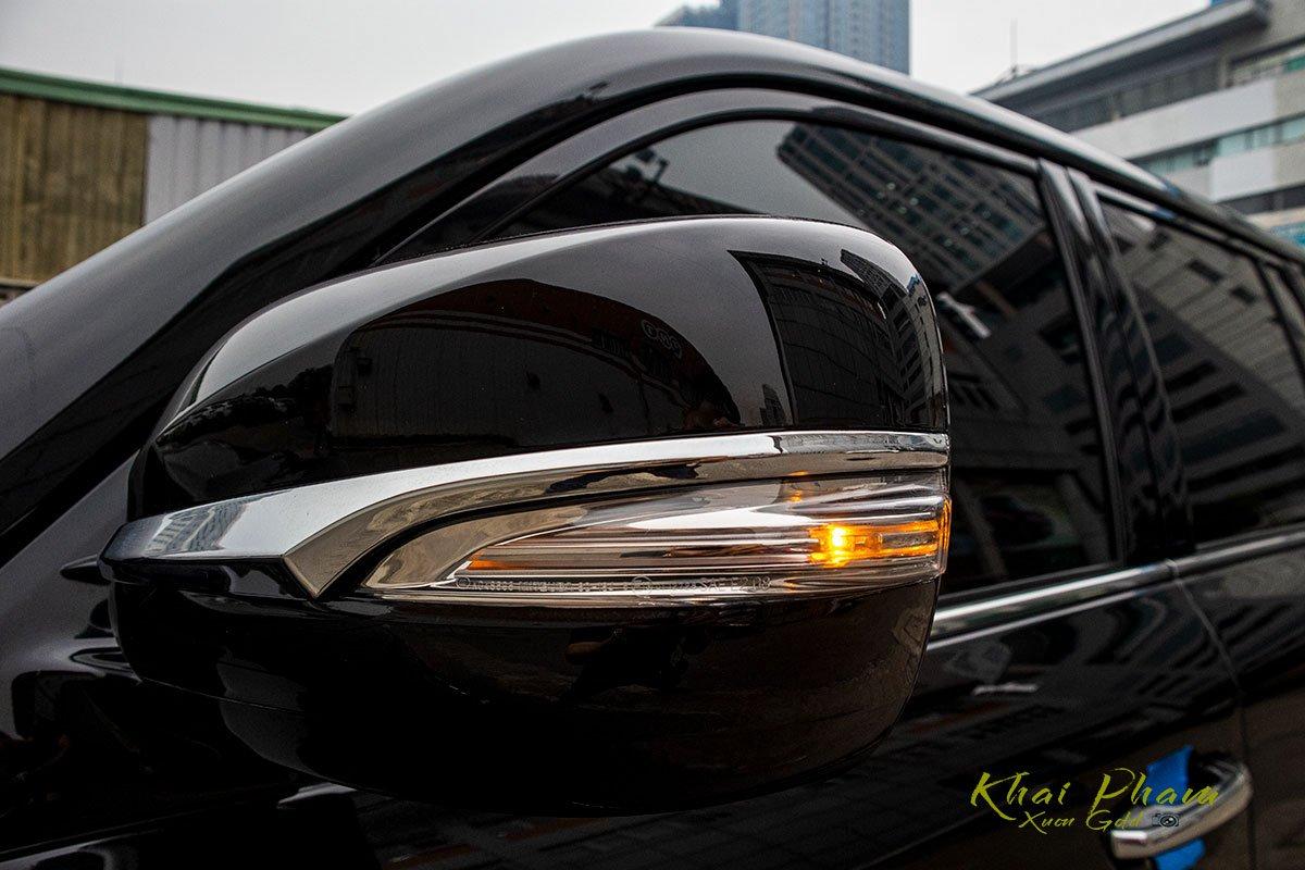 Ảnh chụp gương chiếu hậu xe Lexus LX570 Super Sport 2020