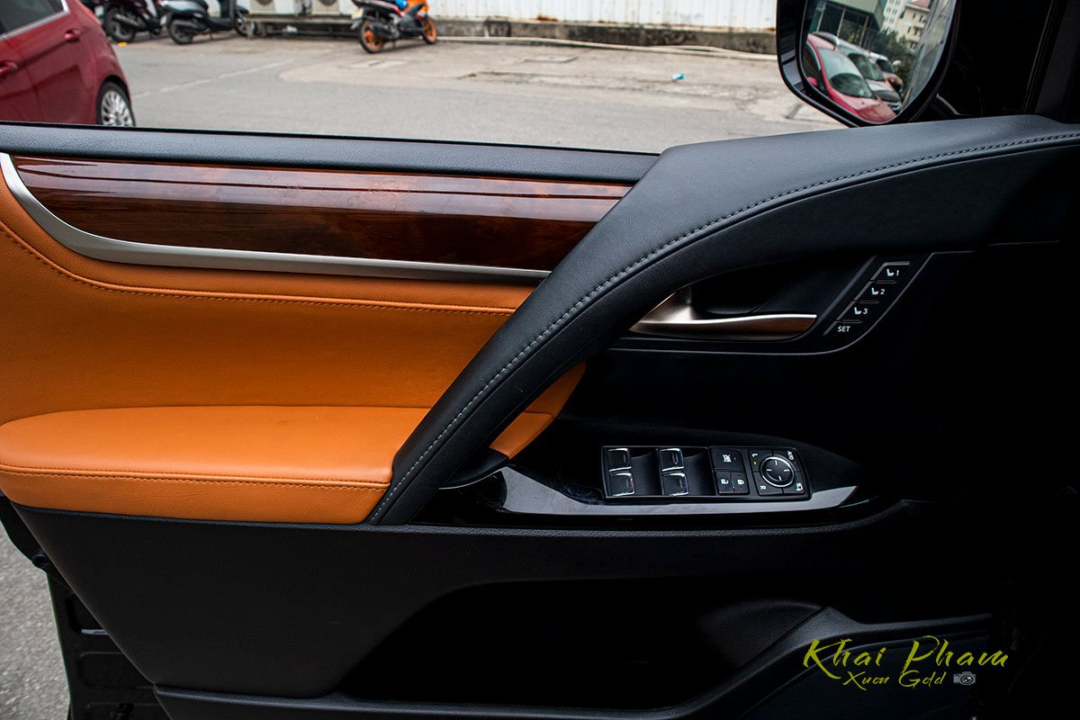 Ảnh chụp cánh cửa xe Lexus LX570 Super Sport 2020 1