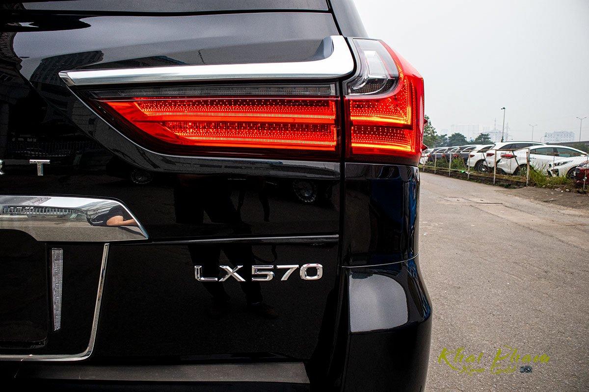 Ảnh chụp đèn hậu xe Lexus LX570 Super Sport 2020