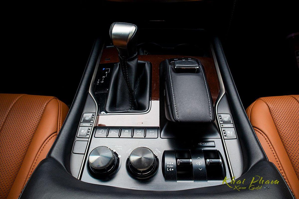 Ảnh chụp cần số xe Lexus LX570 Super Sport 2020