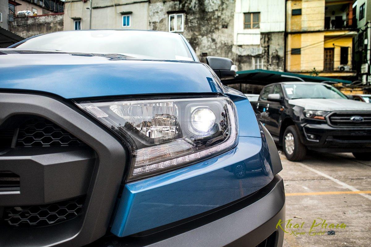 Ảnh chụp đèn pha xe Ford Ranger Raptor 2020
