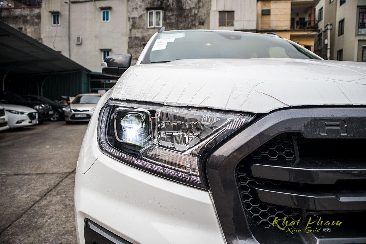 Ảnh chụp đèn pha trái xe Ford Ranger Wildtrak 2020