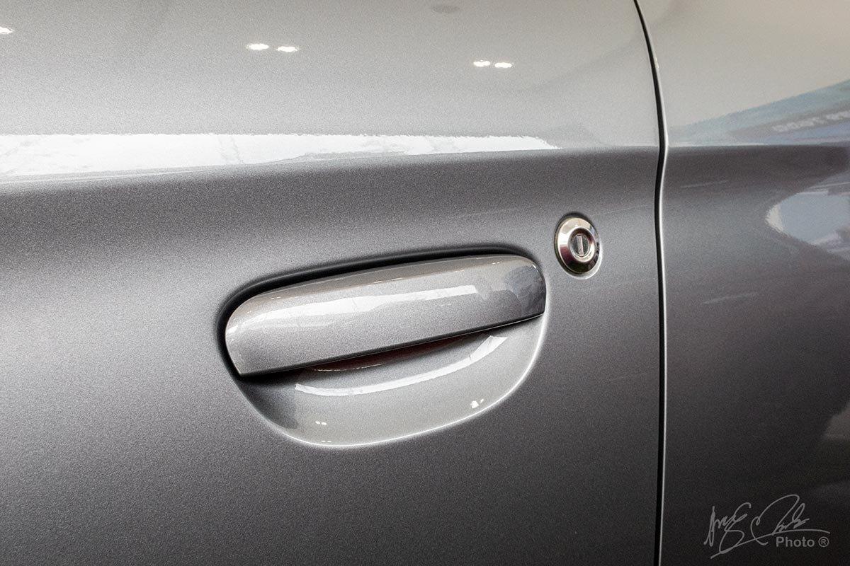 Đánh giá xe Mitsubishi Attrage MT 2020: Tay nắm cửa thiết kế cổ điển.