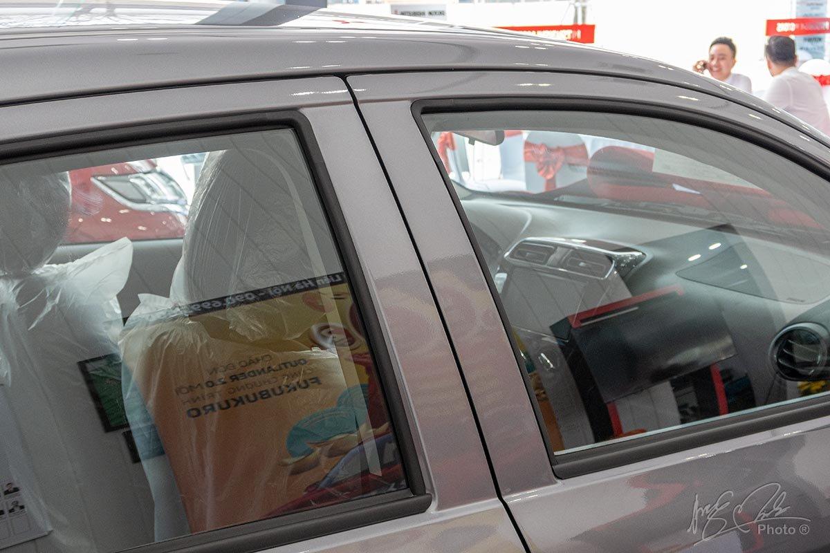 Đánh giá xe Mitsubishi Attrage MT 2020: Trụ B không sơn mà trùng mới màu thân xe.