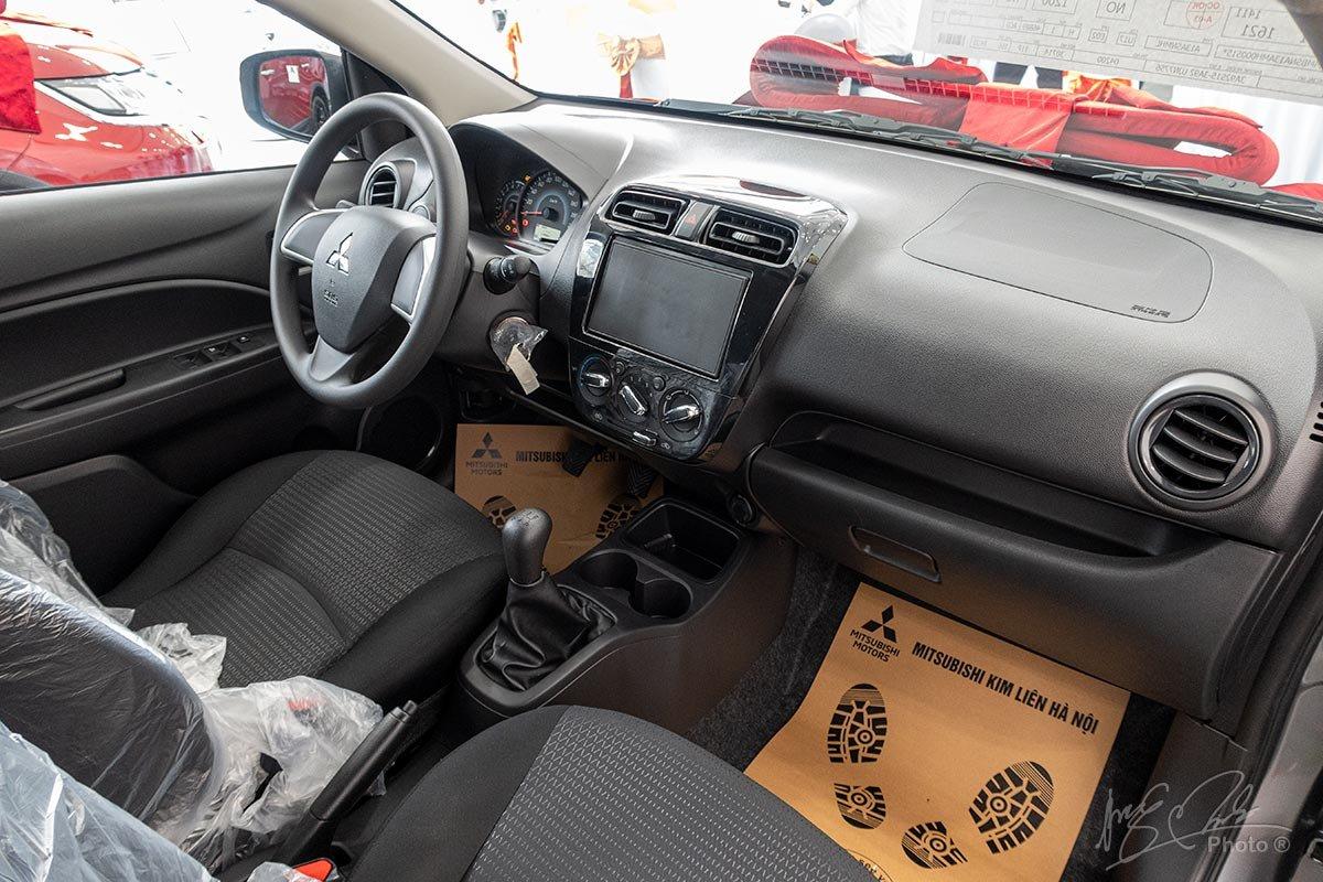 Đánh giá xe Mitsubishi Attrage MT 2020: Khoang lái được xây dựng từ vật liệu nhựa cứng.