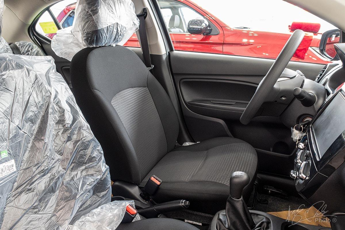 Đánh giá xe Mitsubishi Attrage MT 2020: Ghế ngồi bọc nỉ, chỉnh tay và không có tựa tay cho người lái.