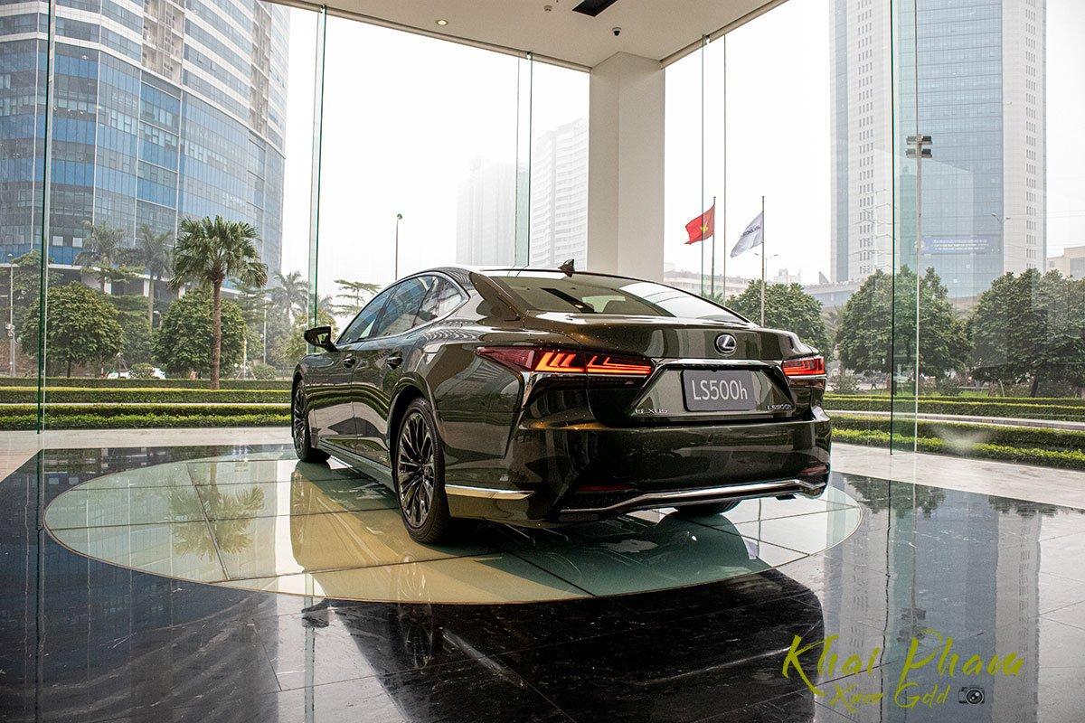 Ảnh chụp sau xe Lexus LS 500h 2020