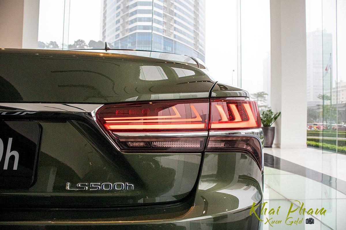 Ảnh chụp đèn hậu phải xe Lexus LS 500h 2020 1