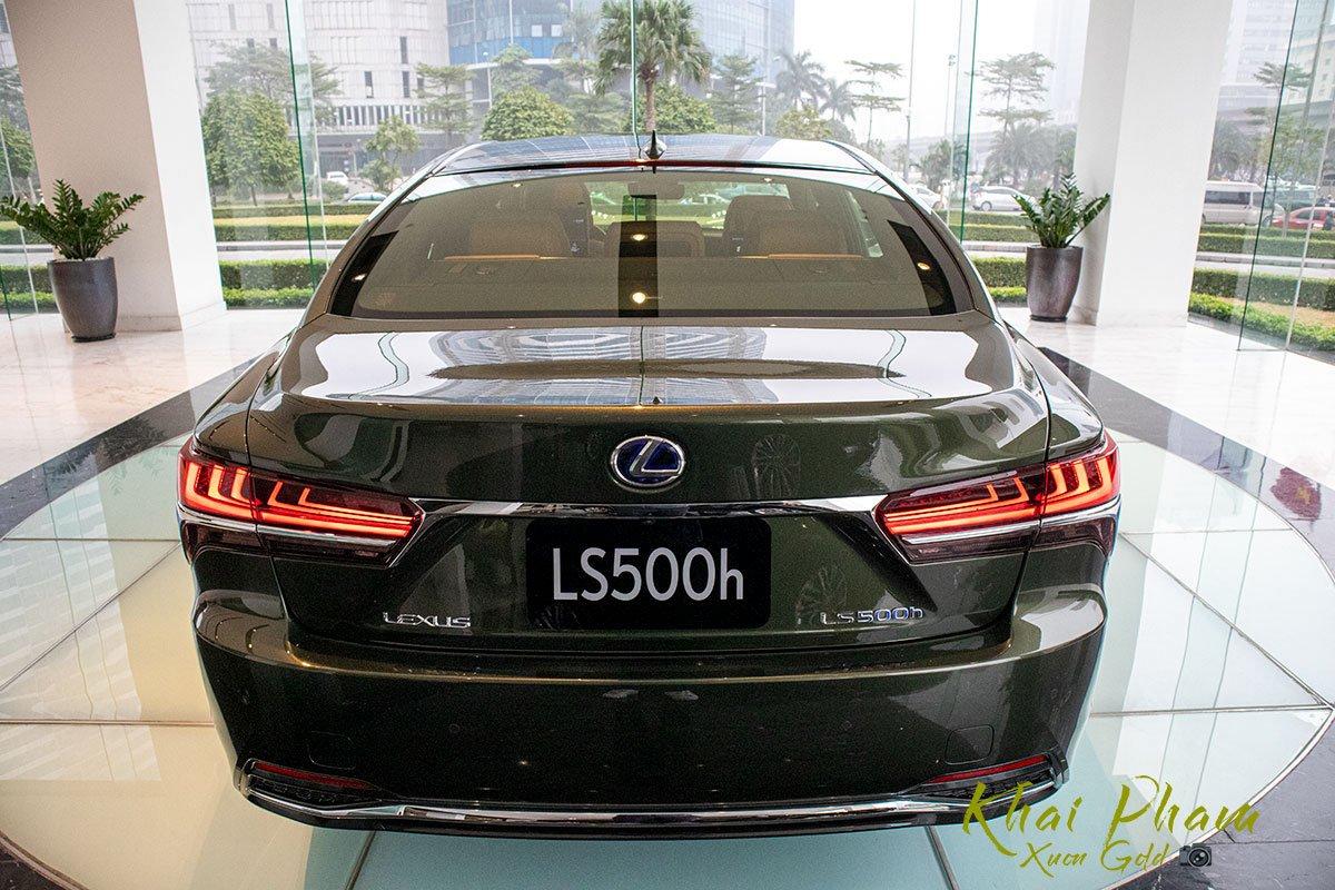 Ảnh chụp đuôi xe Lexus LS 500h 2020