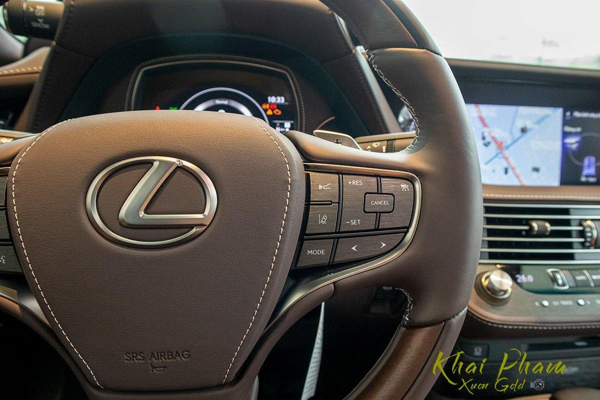 Ảnh chụp tay lái xe Lexus LS 500h 2020 1