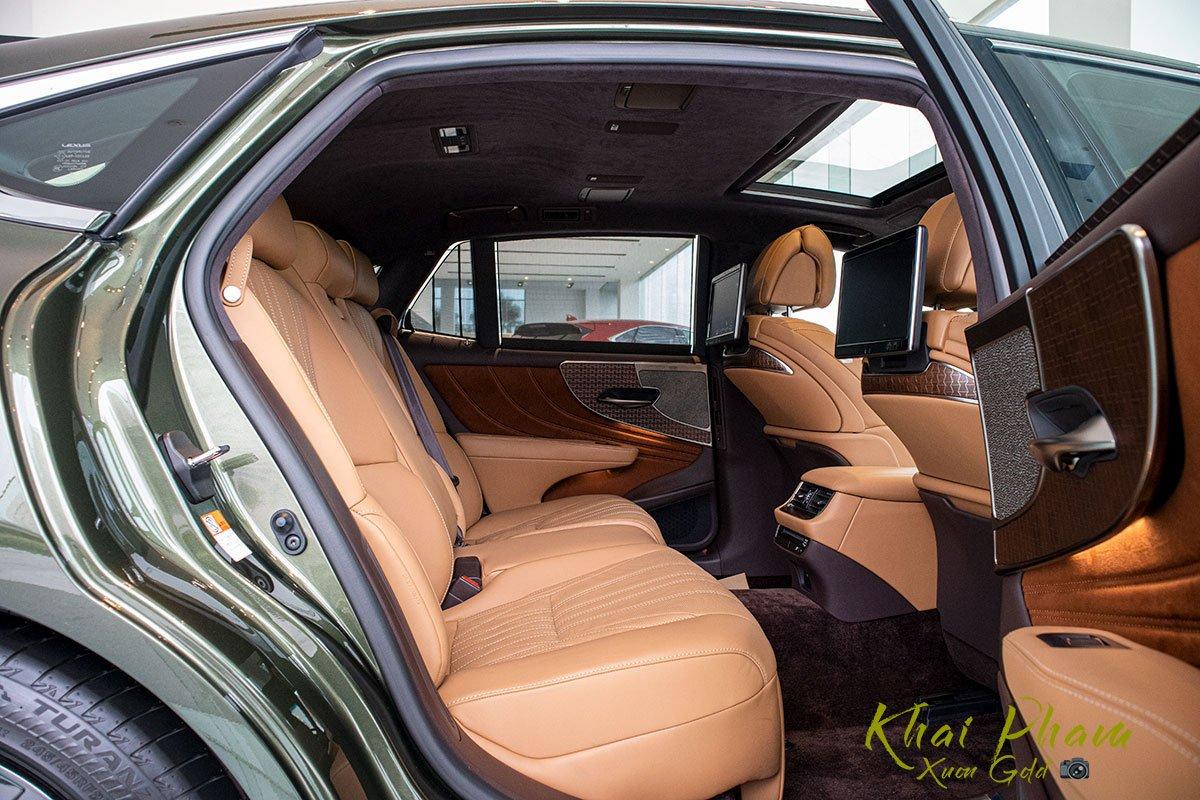 Ảnh chụp ghế sau xe Lexus LS 500h 2020