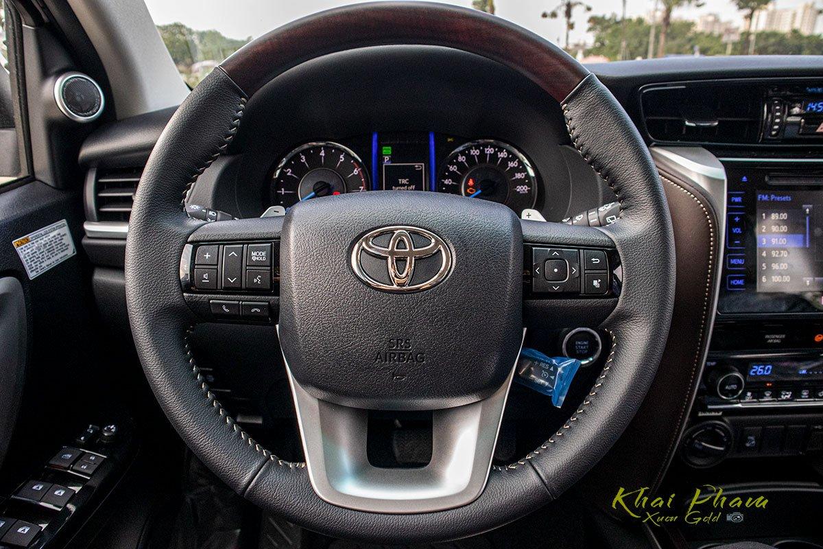 Ảnh chụp vô-lăng xe Toyota Fortuner 2020
