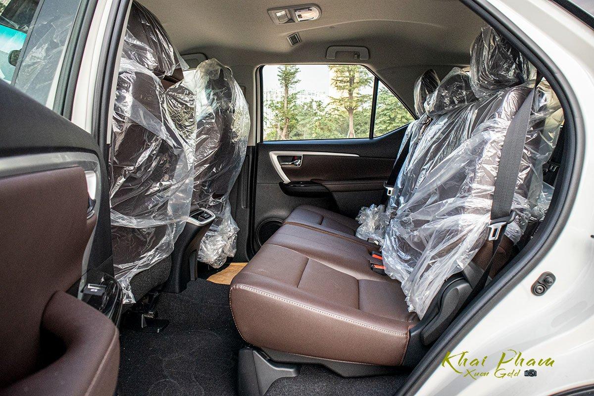 Ảnh chụp hàng ghế 2 xe Toyota Fortuner 2020