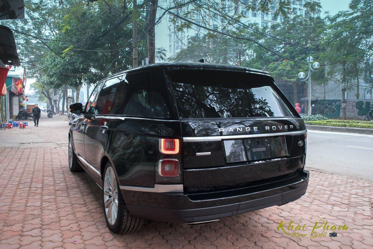 Ảnh chụp đuôi 1 xe Range Rover Autobiography LWB