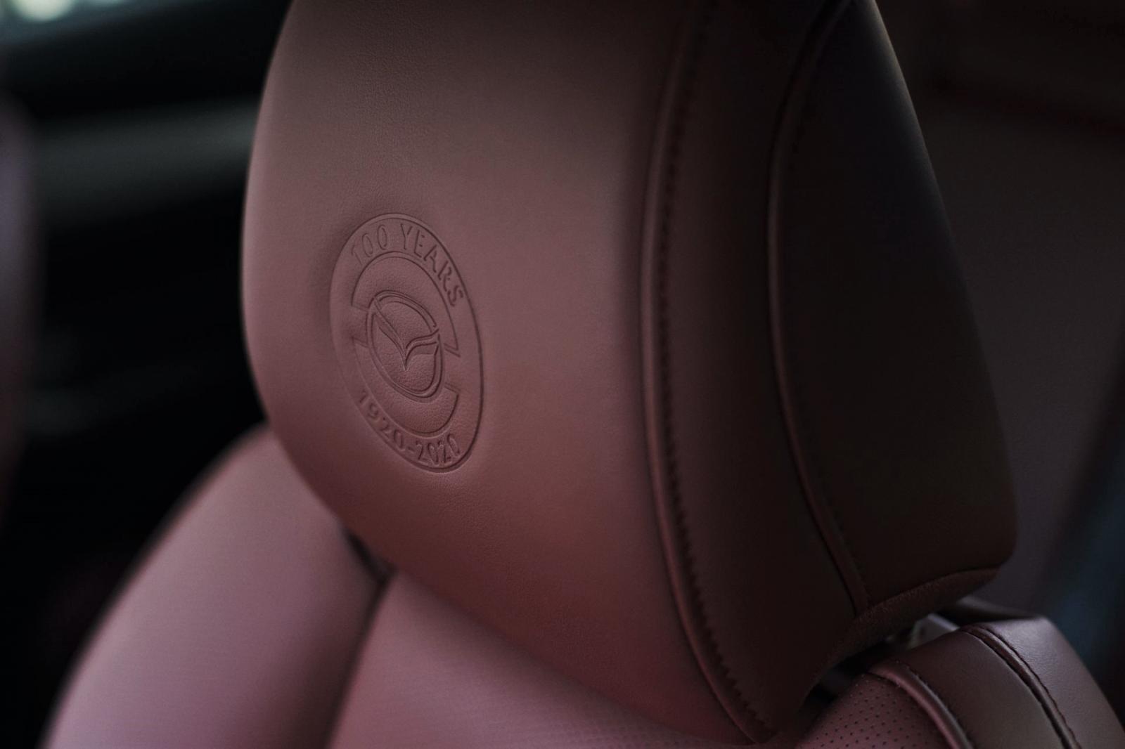 Huy hiệu kỷ niệm 100 năm thành lập Mazda a2