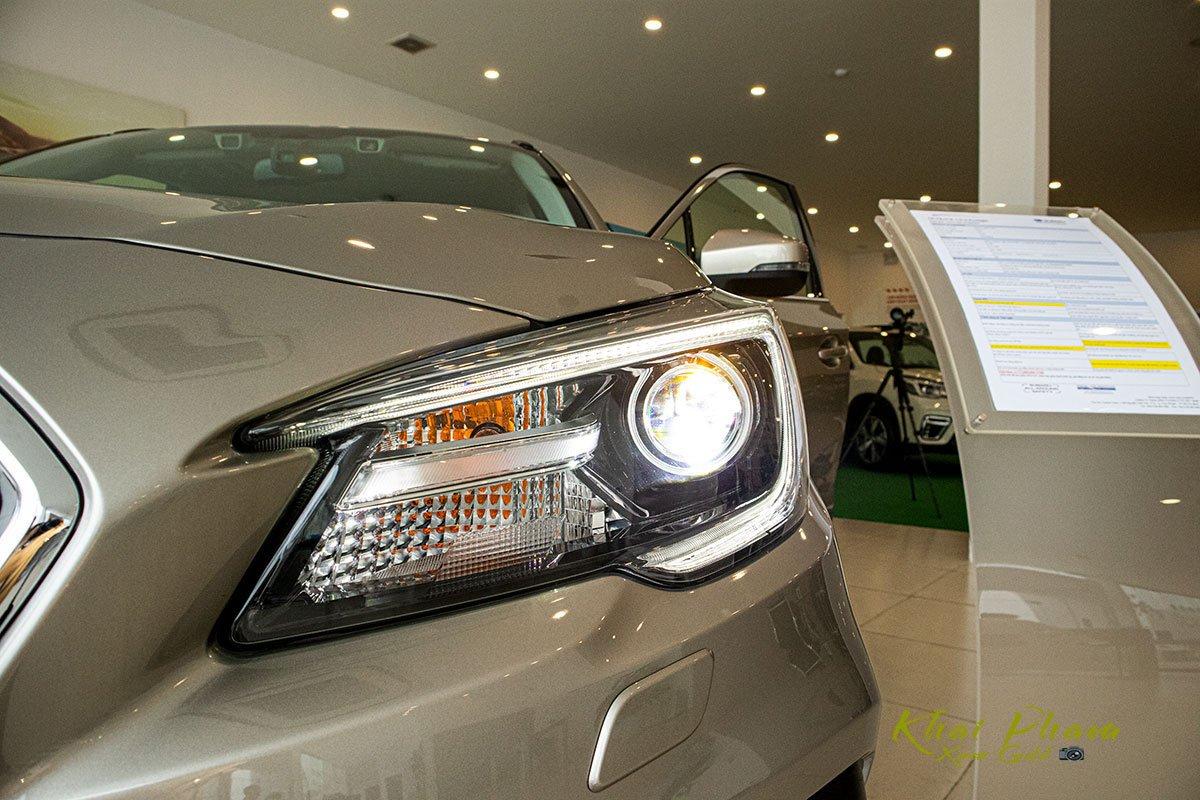 Ảnh chụp đèn pha xe Subaru Outback 2020 1