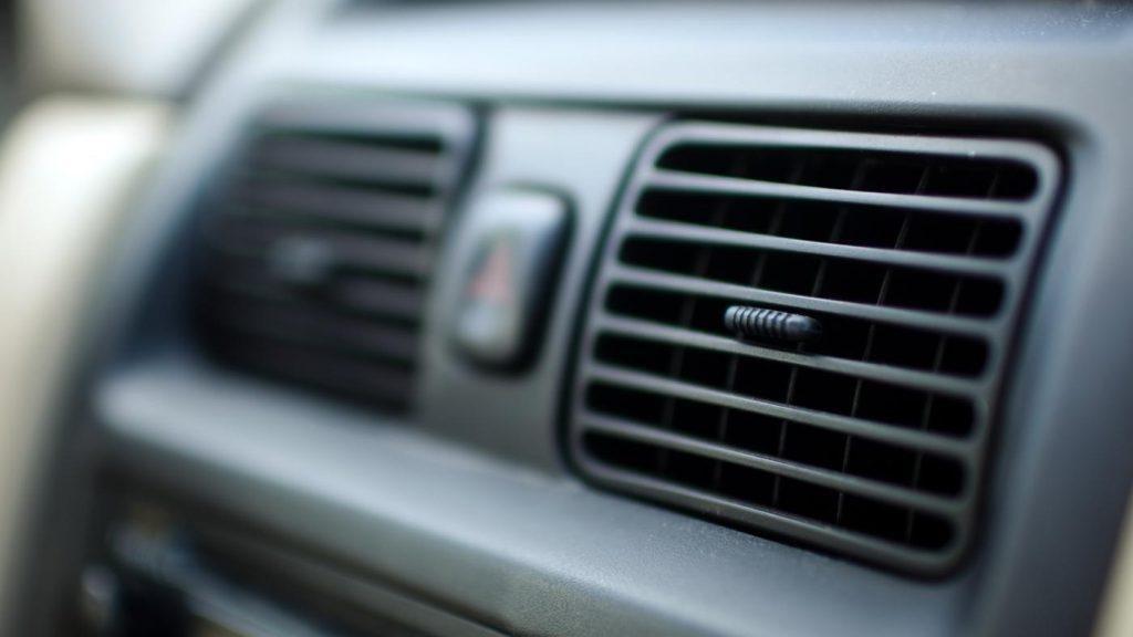 Mùi ô tô cháy khét từ bộ điều hòa, máy sưởi.