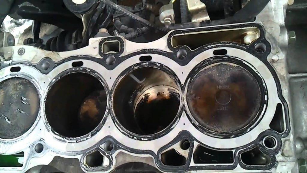 Mùi ô tô cháy khét do vấn đề phích cắm hoặc đệm.