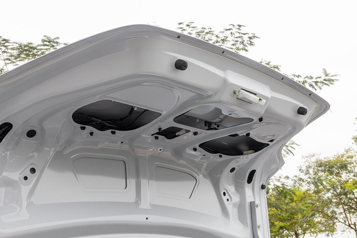 Đánh giá xe Mitsubishi Attrage CVT 2020: Bên trong nắp cốp thiếu sự che chắn.