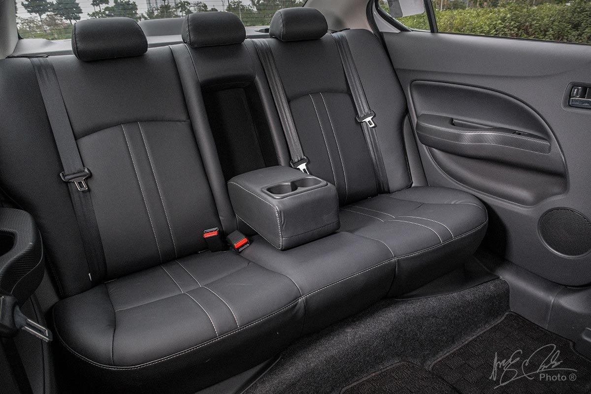 Đánh giá xe Mitsubishi Attrage CVT 2020: Hàng ghế sau với bệ tỳ tay trung tâm.