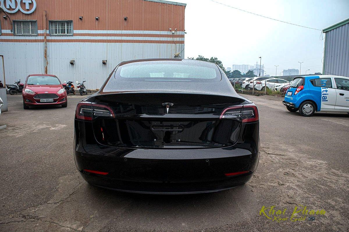 Ảnh chụp đuôi xe Tesla Model 3 2020