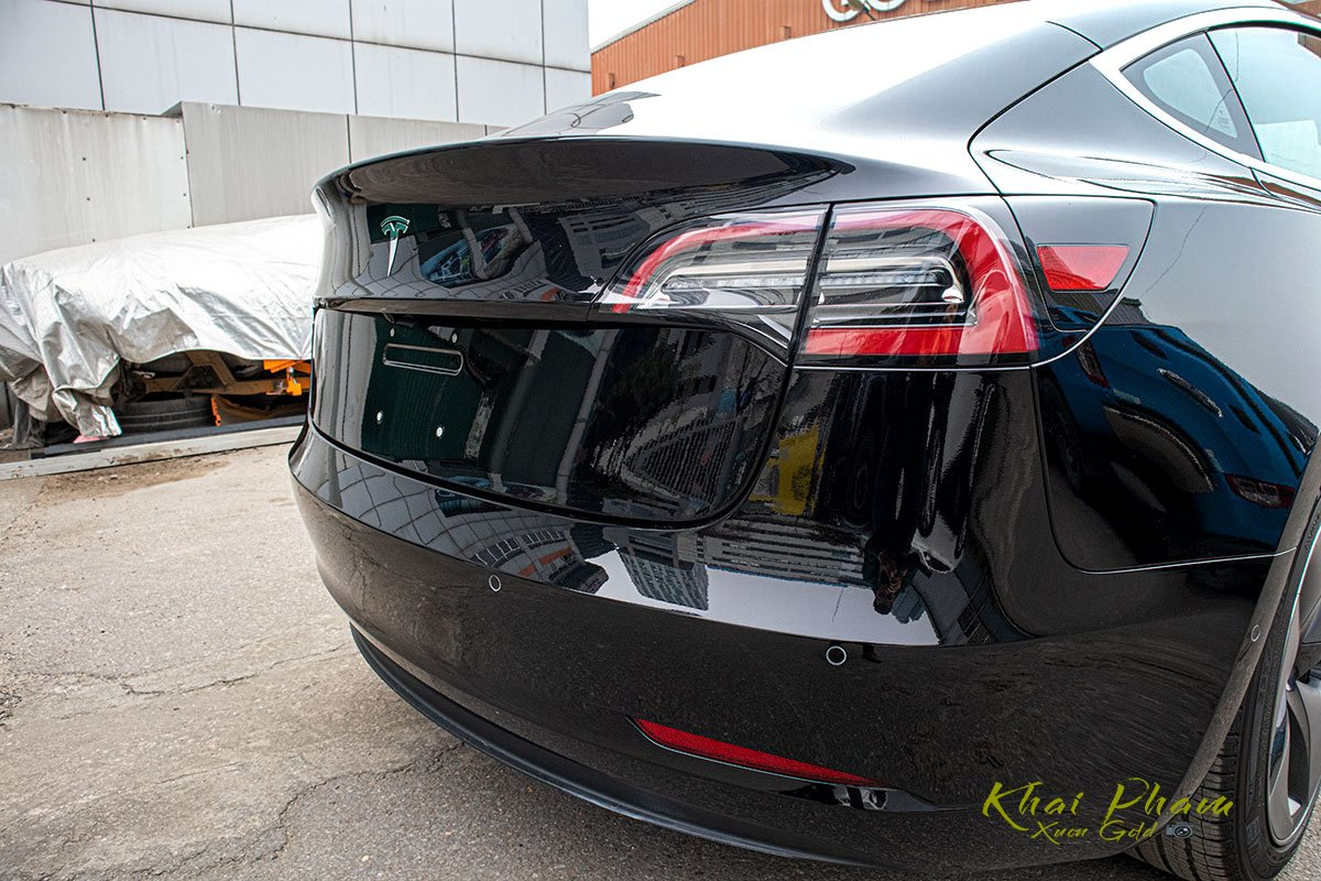 Ảnh chụp đuôi xe Tesla Model 3 2020 f