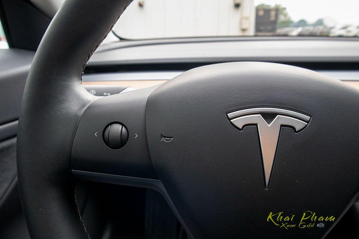 Ảnh chụp nút bấm vô-lăng xe Tesla Model 3 2020