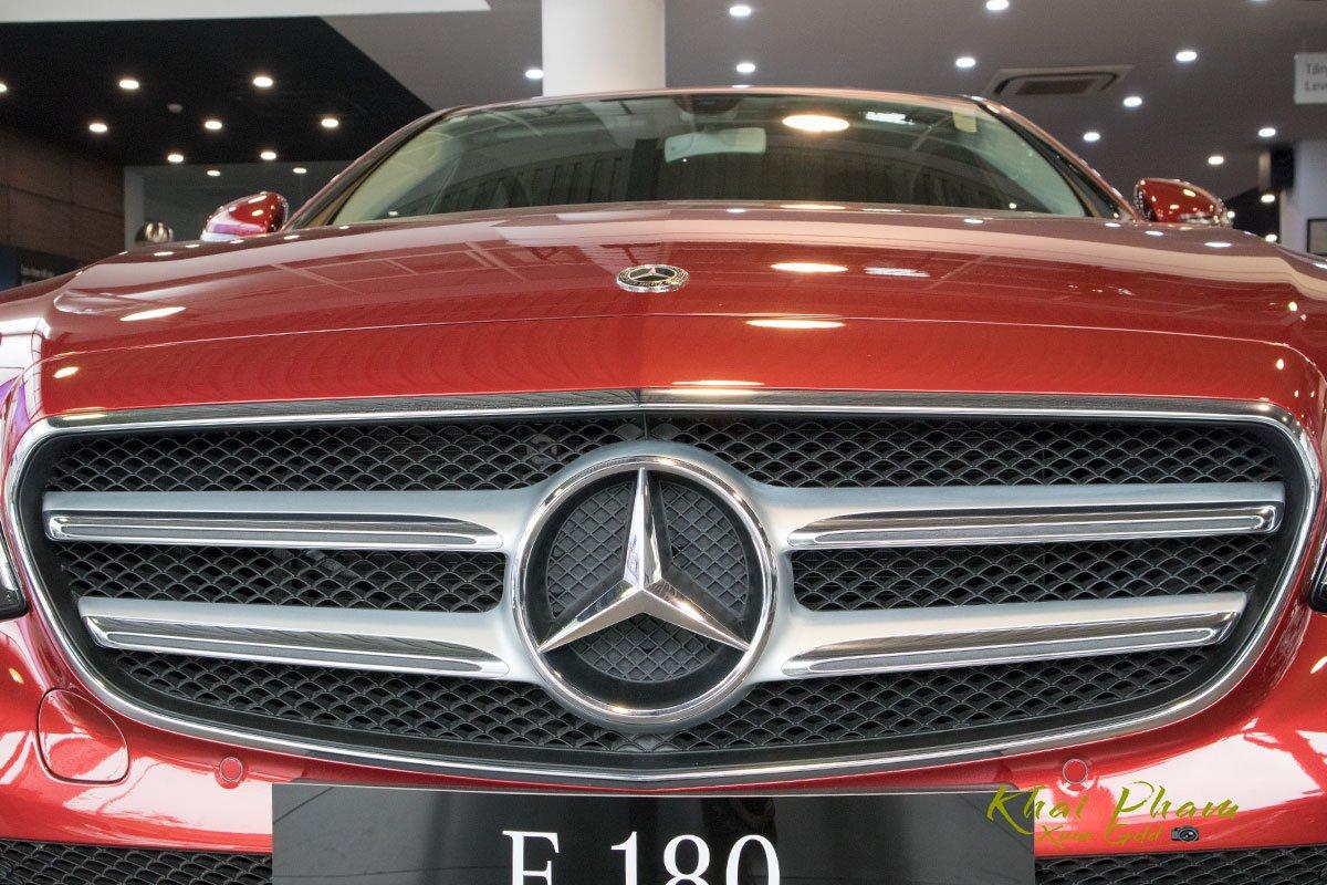 Ảnh chụp lưới tản nhiệt xe Mercedes-Benz E 180 2020