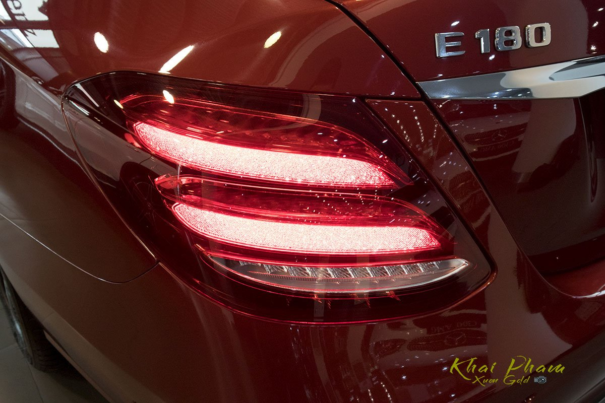 Ảnh chụp đèn hậu xe Mercedes-Benz E 180 2020