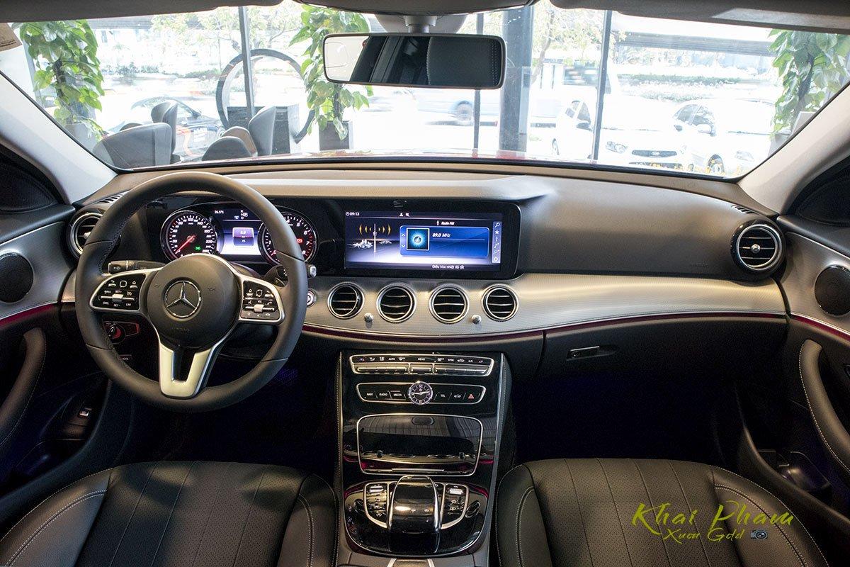 Ảnh chụp táp-lô xe Mercedes-Benz E 180 2020