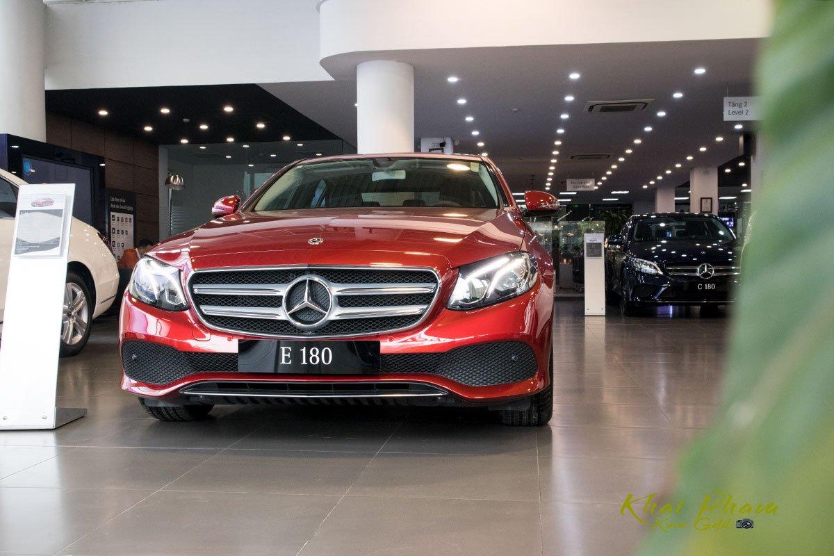 Ảnh chụp trước đầu 1 xe Mercedes-Benz E 180 2020